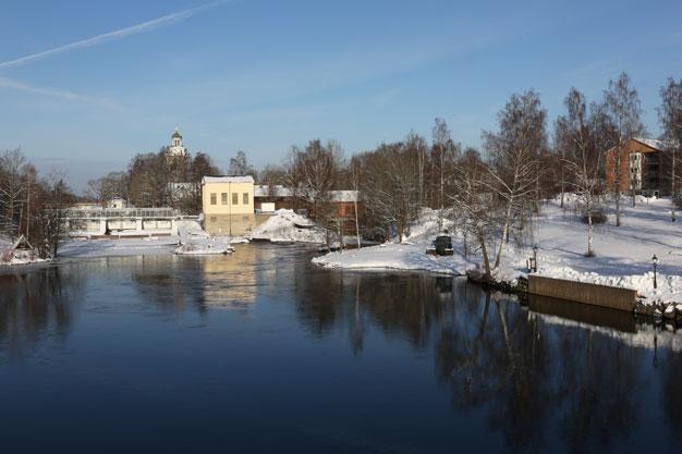 Vy från Kungsbron med Västanfors kyrka i bakgrunden.